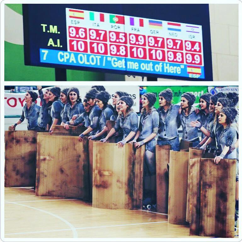 El Grupo Grande del CPA Olot en el momento de recibir su puntuación ganadora.