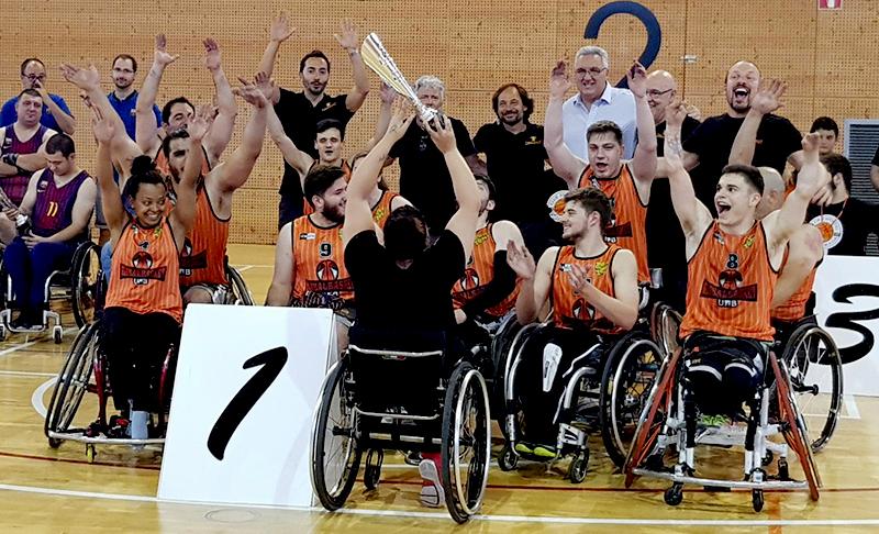 Global Basket, equipo patrocinado por Peta Zetas, celebra su victoria con su entrenador y colaboradores por su victoria en el trofeo de Cataluña.