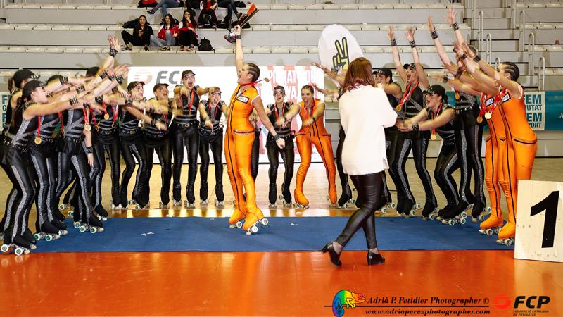 El equipo del CPA OLOT, patrocinado por Peta Zetas, sostiene el trofeo del campeonato Cataluña Show Grans