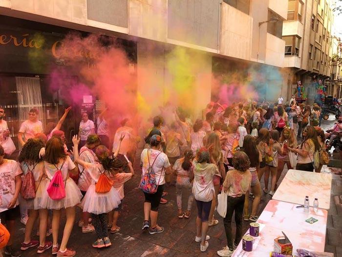 Los participantes de la marcha inclusiva holi colors pasaron momentos divertidos con las actividades programadas para el evento y después disfrutaron de un concierto de despedida.