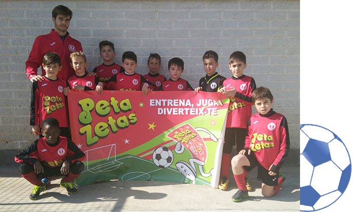 Equipo infantil del C.F. Artesa con el cartel de Peta Zetas