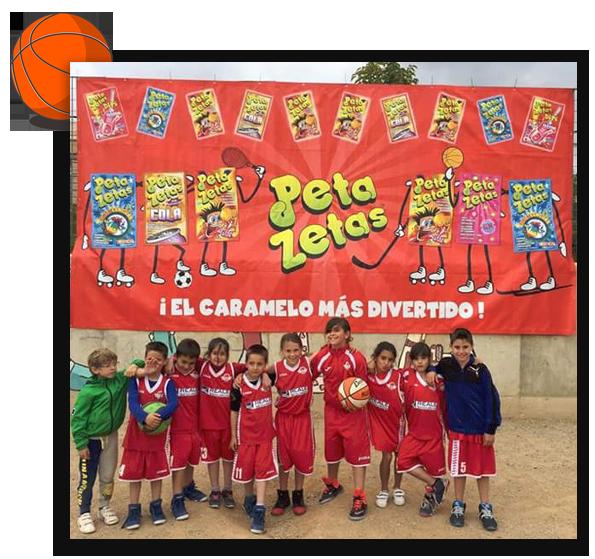 Algunos de los participantes posando frente a la pancarta de Peta Zetas.