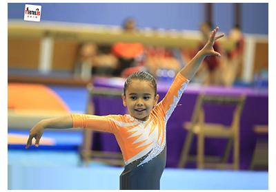 Gimnasta en trofeo de gimnasia artística patrocinado por Peta Zetas