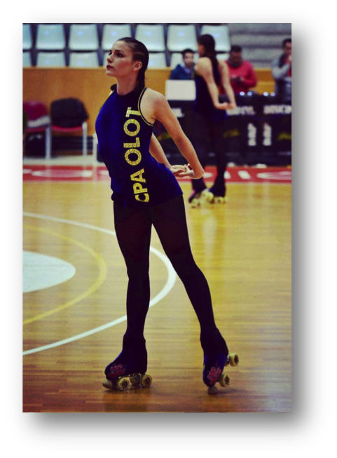Patinadora con uniforme del CPA OLOT y patines de Pop Rocks