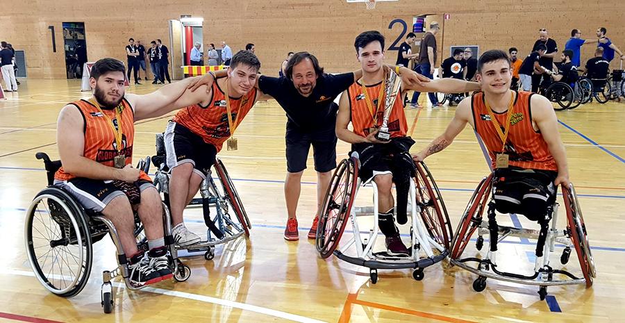 Jugadores del Global Basket, equipo patrocionado por Peta Zetas, posan contentos por haber ganado el trofeo de Cataluña de basket en silla de ruedas.