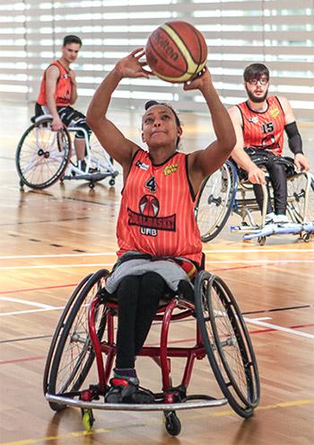 Jugadores del global básquet, patrocinado por peta zetas haciendo ejercicios de calentamiento antes del partido.