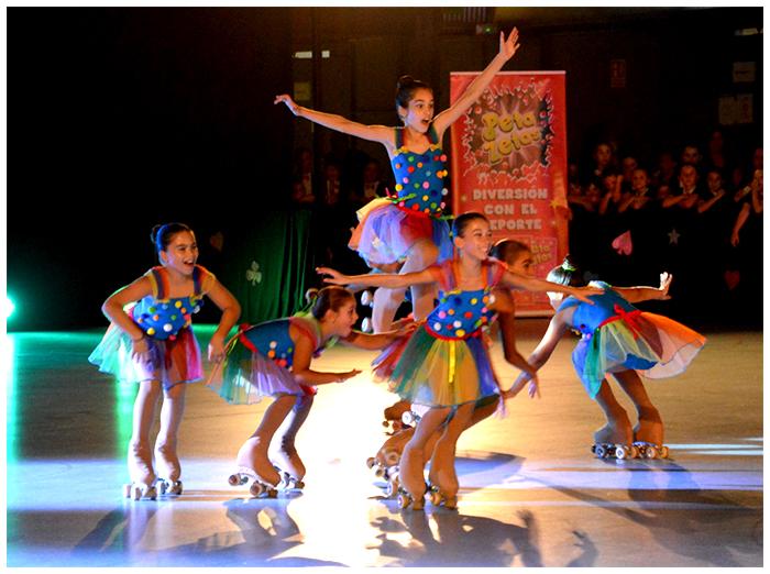 Patinadoras haciendo coreografía en el festival de verano que organiza el Club de patinaje artístico y en el que colabora el caramelo con chasquido Peta Zetas.
